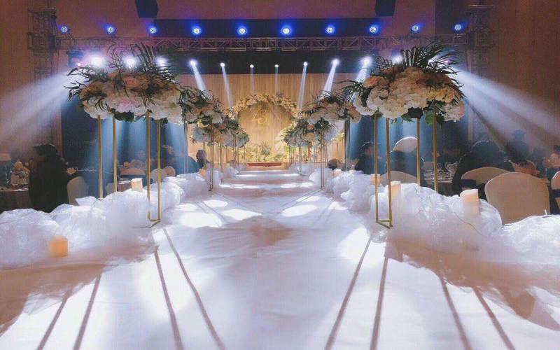 宴会厅 1楼 [ 最大36桌 · 高4.5m · 3个柱子 · 长方形 · 低消1688 ]