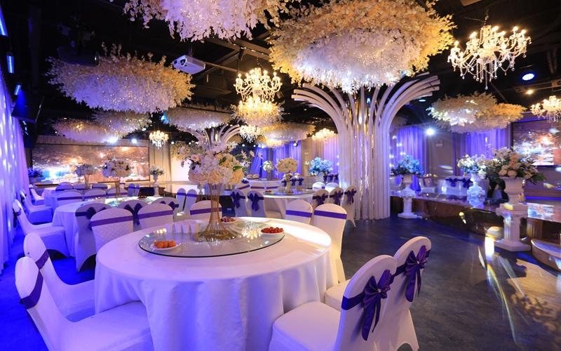 玫瑰厅 [ 最大30桌 · 高4.0m · 4个柱子 · 长方形 · 低消1799 ]